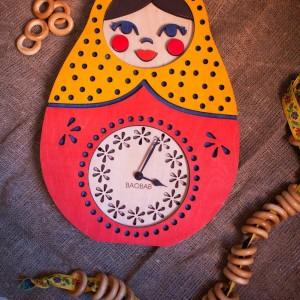 BAOBAB: настенные часы из дерева Матрешка